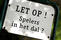 HOOG SOEREN  - warning, waarschuwing; pas op ,  Hole 9 van de Veluwse Golf Club. De hole heeft een dal.let op, spelers in het dal?  COPYRIGHT KOEN SUYK