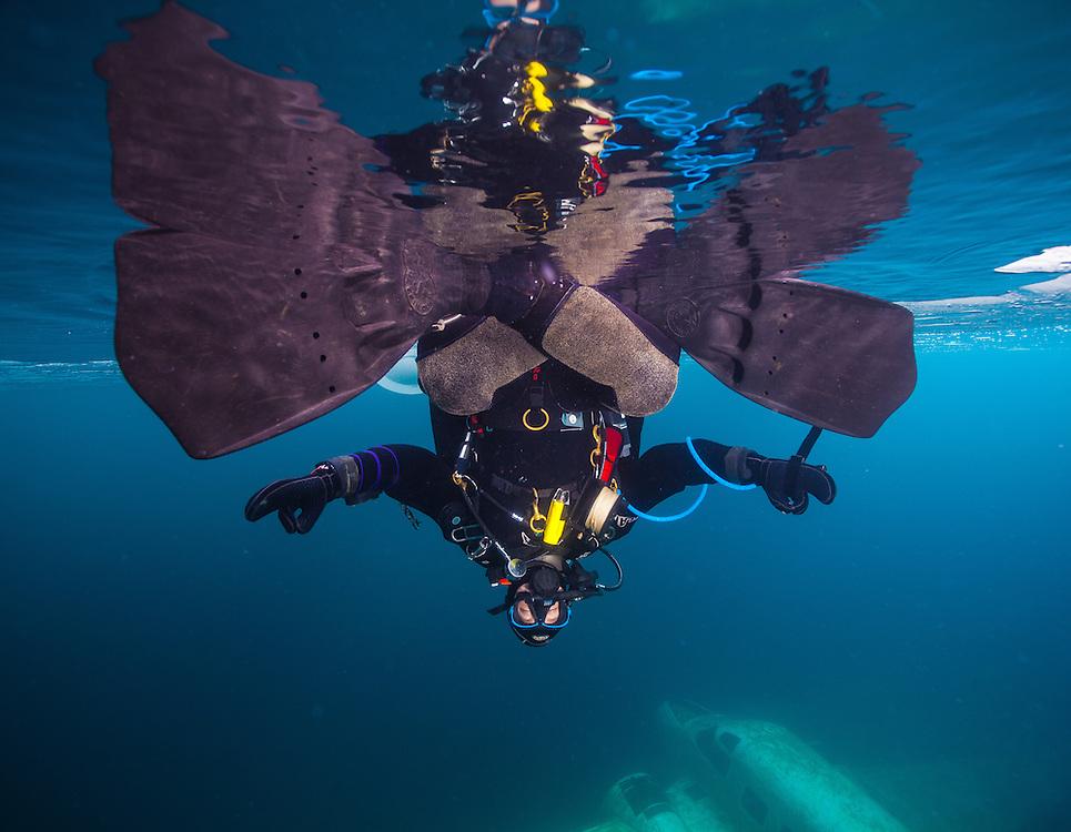Plongeur fait du yoga sous la glace au Québec, Canada. | Yoga diver under the ice in Québec, Canada.