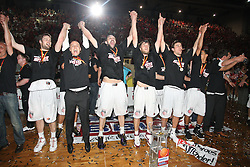 17.06.2010, Jako Arena, Bamberg, GER, 1.BBL, Brose Baskets vs Deutsche Bank Skyliners Frankfurt, im Bild: .das Team von Bamberg jubelt zu den Fans.EXPA Pictures © 2010, PhotoCredit: EXPA/ nph/  News / SPORTIDA PHOTO AGENCY