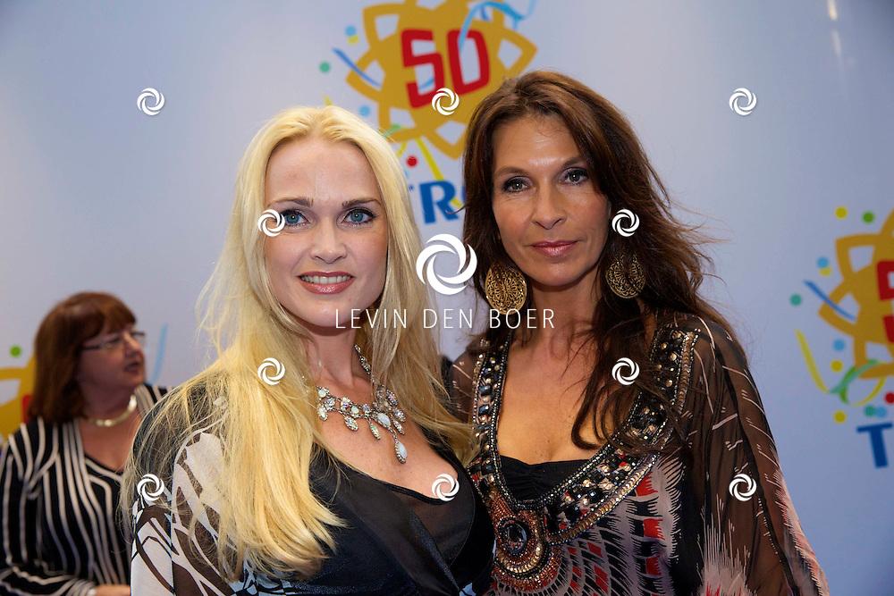 AMSTERDAM - 50 Jaar Tros is gevierd in theater Carré met heel veel bekende Nederlanders uit de Tros wereld. Met hier op de foto  Susan Blokhuis (R) met vriendin. FOTO LEVIN DEN BOER - PERSFOTO.NU