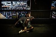 Um homem aguarda na plataforma superior da Rodoviária do Plano Piloto, Brasília. Apesar de ser um lugar de passagem, as marquises da Rodoviária também servem de abrigo temporário para muitos trabalhadores e famílias que vêm para a capital em busca de opotunidades de emprego. Muitos vivem por lá enquanto esperam encontrar um lugar para ir.
