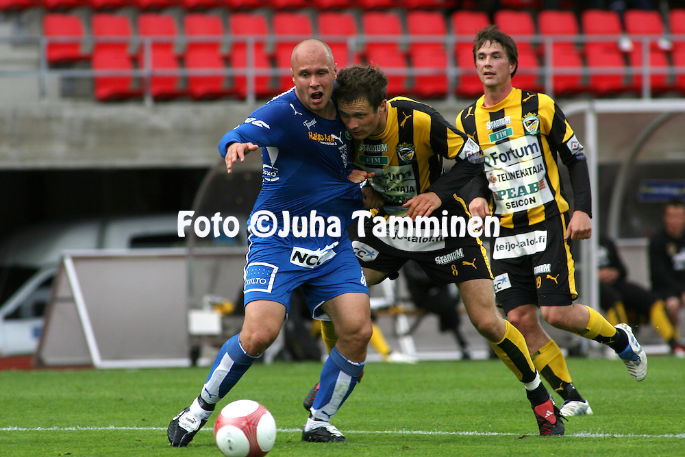 28.06.2006, Ratina, Tampere, Finland..Veikkausliiga 2006 - Finnish League 2006.Tampere United - FC Honka.Ville Lehtinen (TamU) v Hannu Patronen (Honka).©Juha Tamminen.....ARK:k