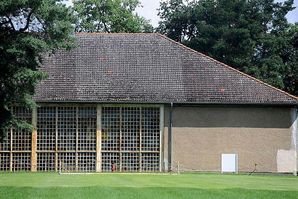 Duitsland, Elstal, 22-7-2012Serie mbt het olympisch dorp van de spelen in 1936 in Berlijn. Het terrein en de overgebleven gebouwen worden de komende jaren door een Duitse stichting opgeknapt en daarna opengesteld voor publiek. Nu is alleen het paviljoen war ook de Amerikaanse zwarte atleet Jesse Owens verbleef in oude luister hersteld en te bezichtigen.Andere zichtbare overblijfselen zijn trainingsfaciliteiten zoals de sporthal, het zwembad en de atletiekbaan. Ook het gebouw waar gegeten werd, Speisehaus der Nationen, en het zgn. Hindenburghaus staan er nog. In het laatste was ook een theater en filmzaal die door de Russen werd gebruikt. Zij nestelden zich op het terrein na de oorlog en bleven er tot 1992.Foto: Flip Franssen/Hollandse Hoogte