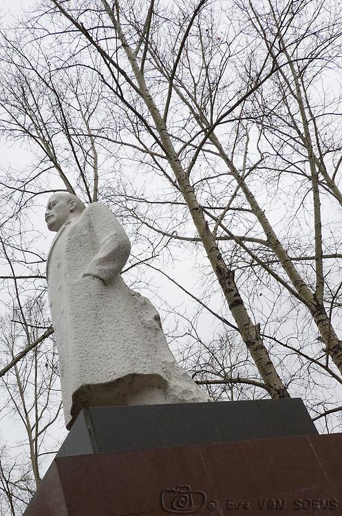 Statue de Lénin trônant fièrement sur la place du village.