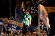 El candidato opositor, Henrique Capriles Radonski saluda a sus simpatizantes luego de obtener la victoria en las elecciones primarias realizadas en Caracas, Venezuela, 12 Feb. 2012. Henrique Capriles se medirá con Hugo Chávez el 7 de octubre en las elecciones presidenciales. (Foto/ivan gonzalez)