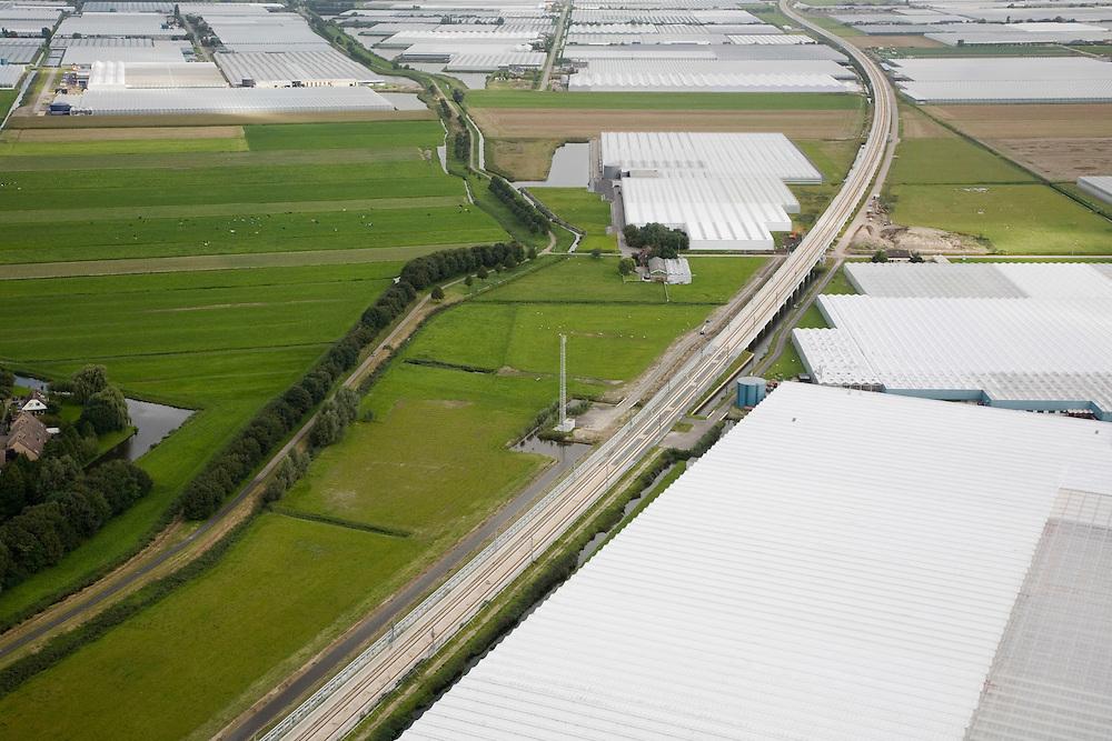 Nederland, Zuid-Holland, Bleiswijk, 08-09-2006;  luchtfoto (25% toeslag); het kassengebied van Bleiswijk doorsneden door de HSL, linksonder  een  nieuwbouwwijk van Berkel en Rodenrijs; de weg links van de HSL (deels met bomen) is de Landscheiding van Delfland en Schieland, vroegere grens tussen de waterschappen / hoogheemraden; waterbeheer, glastuinbouw, biocultuur, kweken, tuinbouw, landbouw, transport, infrastructuur, verkeer en vervoer, mobiliteit, hogesnelheidslijn, spoor, rail, HSL, TGV, planologie, ruimtelijke ordening, landschap; zie ook detailfoto en panorama foto van deze lokatie; deel van de serie Panorama Nederland.luchtfoto (toeslag); aerial photo (additional fee required); .foto Siebe Swart / photo Siebe Swart