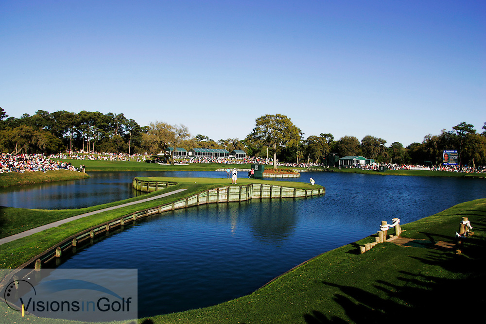 The 17th hole showing the island green during<br /> THE PLAYERS Championship at TPC Sawgrass GC, Stadium, Ponte Vedra, Jacksonville, Florida USA. 25th March 2006. Day 3.<br /> Picture Credit:   Mark Newcombe / visionsingolf.com