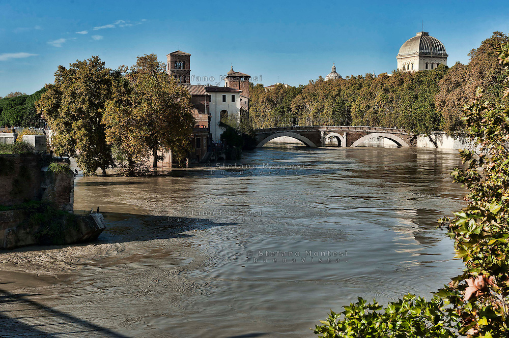 Roma, 14 Novembre  2012.Il fiume Tevere in piena per le piogge sommersa l'Isola Tiberina...Rome 14 November 2012.The river Tiber in flood for the rains, the Tiberina Island.