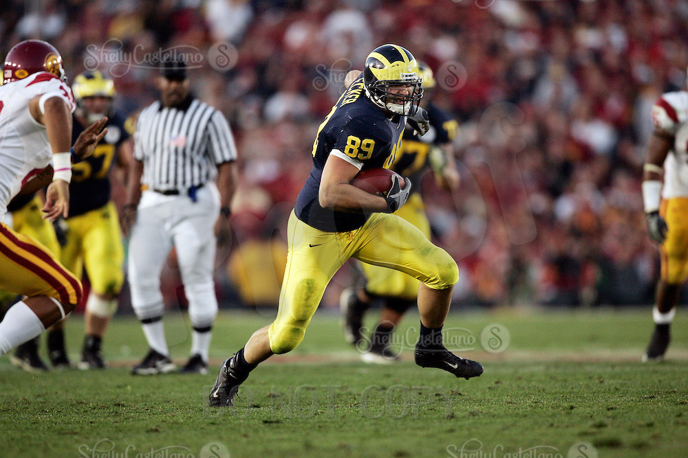1 January 2007:Tyler Ecker runs with the ball at the 93rd Rose Bowl Game at the Rose Bowl Stadium for the Pac-10 USC Trojans vs the Big-10 Michigan Wolverines NCAA college football game in Southern California.  Trojans defeated the Wolverines 32-18 in regulation.<br />