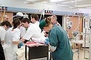 Een arts vult de papieren in, terwijl het slachtoffer wordt gestabiliseerd in de 'rode zone'. In het Calamiteitenhospitaal in Utrecht wordt een rampenoefening gehouden. De nadruk ligt op de contaminatie, door een gekantelde vrachtwagen zijn veel slachtoffers in aanraking gekomen met een chemische stof. Voor het eerst wordt er geoefend met een zogenaamde decontaminatietent. Als de tent bevalt, schaft het ziekenhuis zo'n tent aan. Bij de 'ramp' zijn 100 slachtoffers gevallen.<br /> <br /> A doctor is filling in the forms, while a patient is being treated. In the Trauma and Emergency Hospital in Utrecht an calamity training was held. The emphasis is on the contamination by an overturned truck, many victims are contaminated by a chemical. For the first time a so-called decontamination tent was used. If the tent fulfills the expectations, a tent will be purchased. The 'calamity' caused 100 victims.