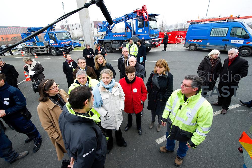 Mme Delphine Batho (centre, parka blanche), ministre de l'environnement et de l'énergie, visite la plateforme Serval d'ERDF, à Gennevilliers, près de Paris, France, le 30 mars 2013. Photo : Lucas Schifres