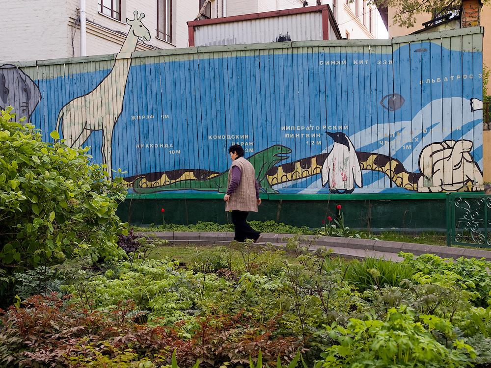 """Besucher im Moskauer Zoo. Der Moskauer Zoo wurde 1864 eröffnet und ist damit der älteste Zoo Russlands. Hier werden rund 1000 Tierarten mit über 6.500 Exemplaren, vom Rotwolf über den Zobel bis zu den Elefanten, gehalten. Im """"Exotarium"""", einer Art Aquarium, kann man Unterwasserwelten samt Fauna tropischer Meere bewundern. Der Zoo wurde von 1990 bis 1997 grundlegend modernisiert und auf seine heutige Fläche von rund 21,5 Hektar erweitert.<br /> <br /> Visitors at Moscow Zoo. The Moscow Zoo is the largest and oldest zoo in Russia - It was founded in 1864."""