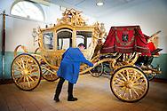 DEN HAAG - Een medewerker van de koniklijke stallen bij het plaies Noordeinde is bezig om de gouden koets te poetsen voor as dinsdag  Prinsjesdag waar de goudekoets weer gebruikt gaat worden. COPYRIGHT ROBIN UTRECHT