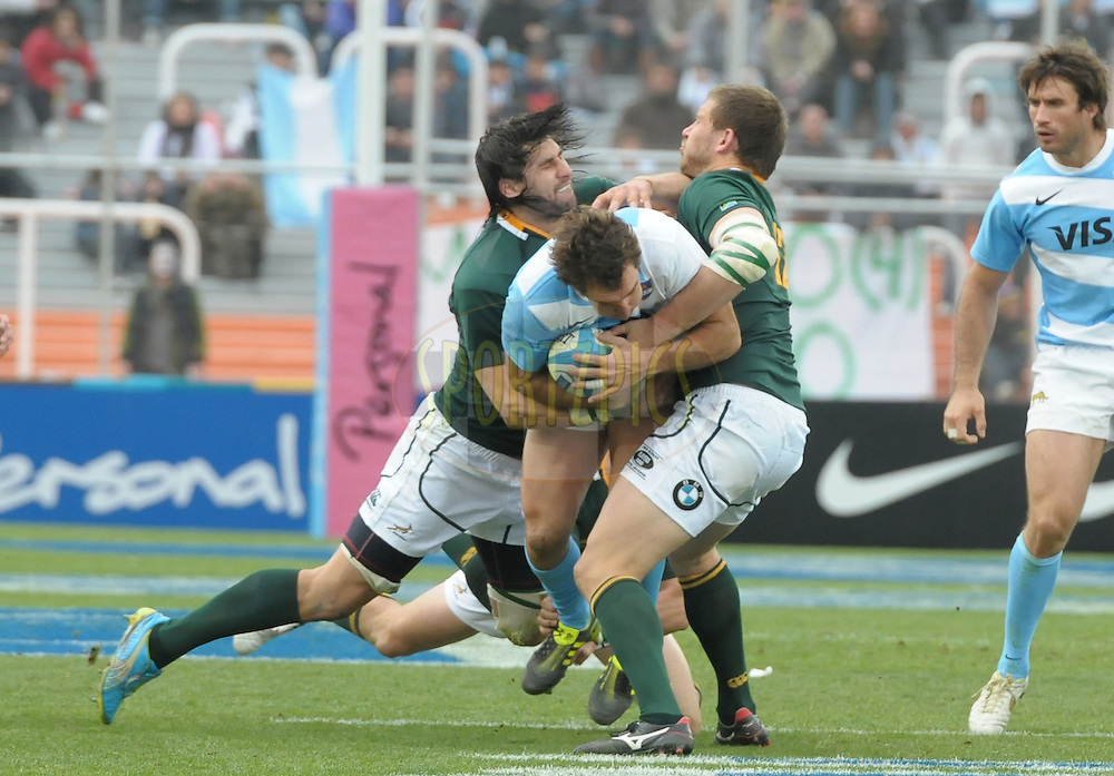 RUGBY CHAMPIONSHIP 2012 - .LOS PUMAS (Argentina) 16 Vs. South Africa (16).Estadio Ciudad de Mendoza / Mendoza - Argentina - August 25, 2012.Here Argentine SANTIAGO FERNANDEZ receiving the tackle from South African JACQUES POTGIETER (L) .© PikoPress