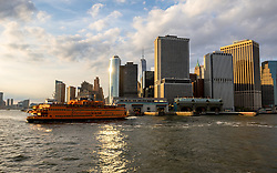 THEMENBILD - Eine der bekanntesten und beliebtesten Touristenattraktionen in New York ist die Staten Island Ferry, die zwischen der Suedspitze Manhattans und Staten Island pendelt, im Bild die Skyline von Manhattan mit einer Staten Island Ferry, Aufgenommen am 09. August 2016 auf der Staten Island Ferry// One of the best-known and most popular tourist attractions is the Staten Island Ferry, which runs between Manhattan and Staten Island. This picture shows the skyline of Manhattan with a Staten Island Ferry, New York City, United States on 2016/08/09. EXPA Pictures © 2016, PhotoCredit: EXPA/ Sebastian Pucher