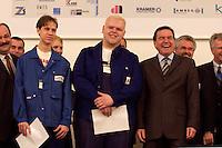 30 NOV 2004, BERLIN/GERMANY:<br /> Gerhard Schroeder, SPD, Bundeskanzler, mit Auszubildenden nach der Ueberreichung von  Arbeitsvertraegen/Vorvertraegen, im Rahmen eines Besuches des ABB Trainings Centers<br /> IMAGE: 2004130-01-020<br /> KEYWORDS: Gerhard Schröder, Azubi, Lehrling