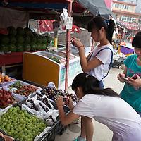 BEIJING, JULY,12-14,2013 : Teilnehmer eines Foto Workshops arbeiten mit ihren Kameras im Klassenraum, in der Schule und nach dem Unterricht.