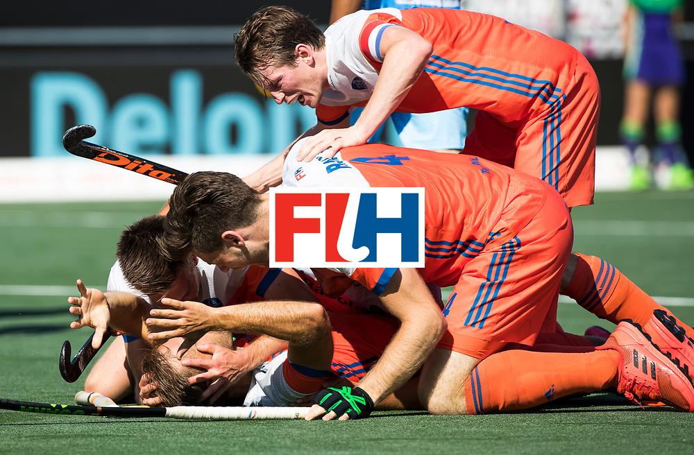 BREDA -Jeroen Hertzberger (Ned) heeft gescoord en viert het met oa Lars Balk (Ned)  en Thierry Brinkman (Ned), Seve van Ass (Ned)  het maar het doelpunt wordt afgekeurd.   tijdens Nederland- India (1-1) bij  de Hockey Champions Trophy. India plaatst zich voor de finale.   COPYRIGHT KOEN SUYK