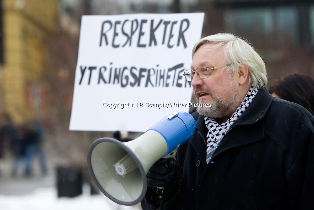 Oslo  20100116.<br /> Lars Gule fra Human-Etisk forbund holder appell da medlemmer av nettverket LIM, som best&Acirc;r av engasjerte personer med ulik etnisk samfunn markerer foran Stortinget l&macr;rdag  i anledning angrepet p&Acirc; tegneren Kurt Westergaard i Danmark f&macr;rste nytt&Acirc;rsdag.<br /> Foto: Terje Bendiksby / Scanpix<br /> <br /> NTB Scanpix/Writer Pictures<br /> <br /> WORLD RIGHTS, DIRECT SALES ONLY, NO AGENCY