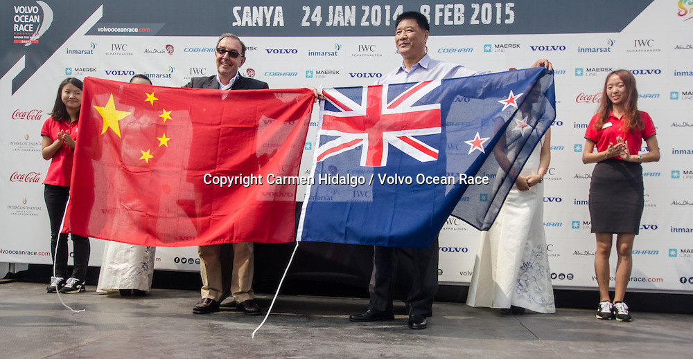 February 08, 2015. Start of Leg 4 from Sanya to Auckland. Yue Jin, Municipal Party Committee Standing Committee and executive vice mayor of Sanya, and Richard Wingfield, Chairman LOC Auckland Stopover, interchange flags before the teams dock out.