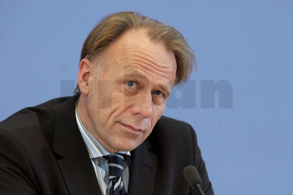 31 MAR 2004, BERLIN/GERMANY:<br /> Juergen Trittin, B90/Gruene, Bundesumweltminister, waehrend einer Pressekonferenz zum Kabinettsbeschuss zum Emissionshandel, Bundespressekonferenz<br /> IMAGE: 20040331-01-012<br /> KEYWORDS: J&uuml;rgen Trittin, BPK