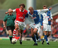 Fotball<br /> Norske spillere i England<br /> Foto: Colorsport/Digitalsport<br /> NORWAY ONLY<br /> <br /> FOOTBALL - PAUL MERSON (ARSENAL), HENNING BERG (BLACKBURN). BLACKBURN ROVERS 1 ARSENAL 1, FA PREMIERSHIP, 27/4/1996
