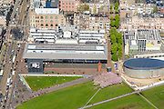 Nederland, Noord-Holland, Amsterdam, 09-04-2014; Van Baerlestraat met trambaan (links). Het gras van het Museumplein met Stedelijk Museum en het Van Goghmuseum. Woonwijk Oud-Zuid.<br /> Museumplein and The Stedelijk Museum Amsterdam next to the Van Gohmuseum.<br /> luchtfoto (toeslag op standard tarieven);<br /> aerial photo (additional fee required);<br /> copyright foto/photo Siebe Swart
