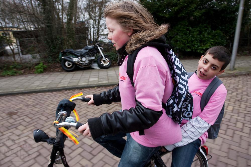 Start van de actie Heel Nederland Fietst in het Olympisch Stadion met onder andere demissionair minister Huizinga, oud-wielrenner Hennie Kuiper, de wethouder van Amsterdam en presentatrice Angela Groothuis