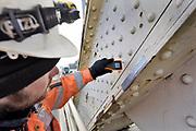 Nederland, Nijmegen, 5-2-2018Eerste verfstreken op de Waalbrug. Vier vlakken grijs worden door een gespecialiseerd schildersbedrijf aangebracht om een definitieve kleurkeuze te kunnen maken. De brug wordt de komene maanden grondig gerenoveerd en opgeknapt. Het onderhoud is hard nodig want op veel plaatsen zijn dikke plakken roest onder meer van opspattend strooizout gevormd . Met het oranje kastje wordt de luchtvochtigheid van het materiaal gemeten . De tweecomponenten verf droogt tot -5 graden .Foto: Flip Franssen