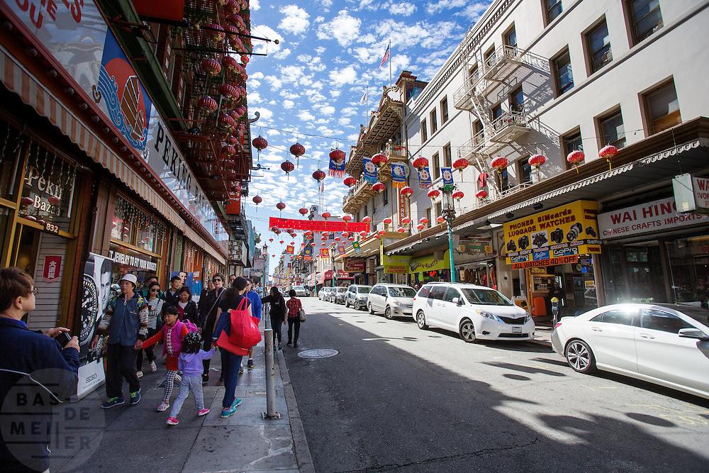 In San Francisco ligt de oudste Chinatown van Noord-Amerika. Het gebied is opgericht in 1848 en is de grootste Chinese enclave buiten Azië. De Amerikaanse stad San Francisco aan de westkust is een van de grootste steden in Amerika en kenmerkt zich door de steile heuvels in de stad.<br /> <br /> San Francisco has the oldest Chinatown of Northern America. It is established in 1848 and is the biggest Chinese community outside Asia. The US city of San Francisco on the west coast is one of the largest cities in America and is characterized by the steep hills in the city.