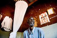 Botswana, Linus er en gammel politimand og smittet med hiv. Hun tager ARV medicin og han får ofte besøg af Gladys der er frivillig fra Botswana Røde Kors.
