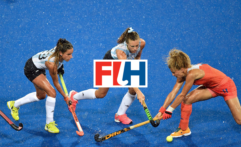 Argentina's Maria Campoy (L) and Argentina's Agustina Habif (C) vie with Netherland's Maria Verschoor during the women's quarterfinal field hockey Netherlands vs Argentina match of the Rio 2016 Olympics Games at the Olympic Hockey Centre in Rio de Janeiro on August 15, 2016. / AFP / Pascal GUYOT        (Photo credit should read PASCAL GUYOT/AFP/Getty Images)