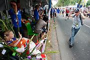 Een wandelaar van de Nijmeegse Vierdaagse loopt op de laatste dag langs een jonge patiënt van het Radboud Ziekenhuis aan de Via Gladiola, zoals de Sint Annastraat is omgedoopt tijdens het wandelevenement.