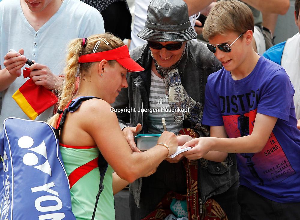 French Open 2011, Roland Garros,Paris,ITF Grand Slam Tennis Tournament .Angelique Kerber (GER) schreibt Autogramme fuer die Fans,.Halbkoerper,Querformat,