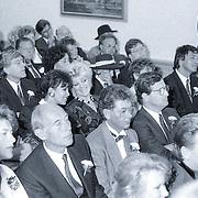NLD/Blaricum/19881101 - Huwelijk van Joop van der Ende in Blaricum, bruidspaar Joop van der Ende en partner Janine Klijburg, oa Ferdi Bolland, Sandra Reemer, Henny Huisman, Ron Brandsteder en Simone Kleinsma