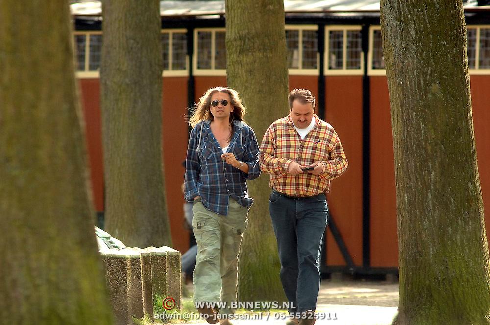 NLD/Laren/20070418 - Jan Vayne met sigaar, wilde haardos en vriend wandelend