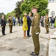 LUX/Luxemburg/20180523 - Staatsbezoek Luxemburg dag 1 , Koningin Maxima en Koning Willem Alexander schikken de linten van de krans