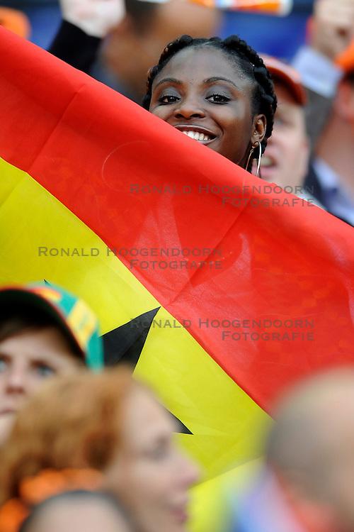 01-06-2010 VOETBAL: NEDERLAND - GHANA: ROTTERDAM<br /> Nederland wint vrij eenvoudig de oefenwedstrijd van Ghana / supporters fans publiek <br /> &copy;2010-WWW.FOTOHOOGENDOORN.NL