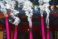 Chine. Province du Yunnan. Ville de Lijiang. Patrimoine mondial de l'UNESCO. Encens dans un monastere. // China. Yunnan province. City of Lijiang. UNESCO World Heritage. Incense.