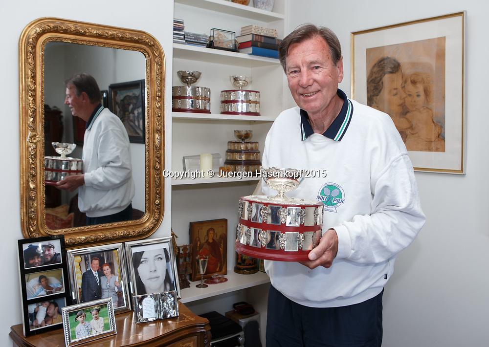 Tennis Trainer Legende Niki Pilic steht  in seiner Wohnung und zeigt eine  Kopie vom Davis Cup Pokal, Opatija, Kroatien