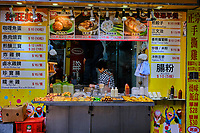 Chine, Hong Kong, Kowloon, Mong Kok, restaurant de rue // China, Hong Kong, Kowloon, Mong Kok, Street restaurant