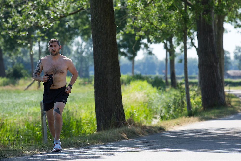 In Zeist is een man met ontbloot bovenlijf aan het hardlopen.<br /> <br /> In Zeist a bare-chested man is running.