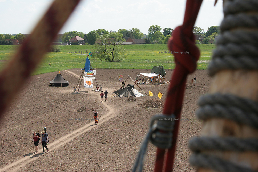 Aktivisten halten im Mai 2008 ein Feld bei Laase in Niedersachsen im Biossphärenreservat Elbtalaue  besetzt. Activists had occupied a field by a tent camp near Laase northern Germany. The group want to prevent the sowing of genetic modified corn by Monsanto.