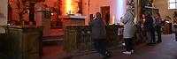 Mannheim. 11.03.17   BILD- ID 019  <br /> Innenstadt. Marktplatz. Marktplatzkirche St. Sebastian. Stay &amp; Pray. <br /> Im M&auml;rz startet mit &bdquo;Stay &amp; Pray&ldquo; in der Mannheimer Marktplatzkirche St. Sebastian ein neues Gottesdienstformat in der Quadratestadt. Dieses offene spirituelle Angebot soll Menschen viermal im Jahr  jeweils samstagabends die M&ouml;glichkeit geben, Kirche einmal anders zu erleben. Die Besucher bestimmen, ob sie sich eine kurze oder auch l&auml;ngere Auszeit g&ouml;nnen &ndash; frei nach der biblischen Aufforderung &bdquo;Stay &amp; Pray &ndash; Wachet und betet.&ldquo; (Matth&auml;us 26,41). <br /> <br /> Der &bdquo;Stay &amp; Pray&ldquo;-Abend beginnt mit der Messe in St. Sebastian um 17 Uhr. Anschlie&szlig;end steht die Kirche bis 22 Uhr offen. Zum Abschluss gibt es ein Nachtgebet &ndash; die Komplet &ndash; mit eucharistischem Segen. <br /> <br /> Bild: Markus Prosswitz 11MAR17 / masterpress (Bild ist honorarpflichtig - No Model Release!)