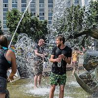 24 Wasserschlacht im Neptunbrunnen