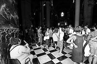 Lecce - Processione precedente la Santa Messa in onore del Santo. Turisti nel Duomo di Lecce attendono l'inizio della celebrazione della Santa Messa.
