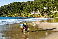 Pessoa andando de bicicleta na Praia da Lagoinha. Florianópolis, Santa Catarina, Brasil. / Person riding a bicycle at Lagoinha Beach. Florianopolis, Santa Catarina, Brazil.