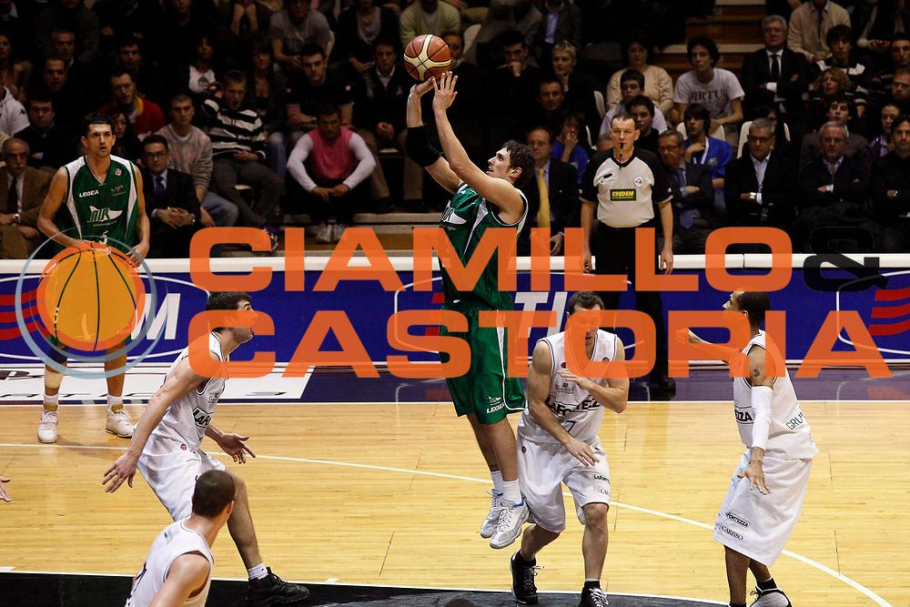 DESCRIZIONE : Bologna Final Eight 2008 Finale La Fortezza Virtus Bologna Air Avellino <br /> GIOCATORE : Nikola Radulovic<br /> SQUADRA : Air Avellino<br /> EVENTO : Tim Cup Basket For Life Coppa Italia Final Eight 2008 <br /> GARA : La Fortezza Virtus Bologna Air Avellino <br /> DATA : 10/02/2008 <br /> CATEGORIA : Tiro<br /> SPORT : Pallacanestro <br /> AUTORE : Agenzia Ciamillo-Castoria/G.Cottini
