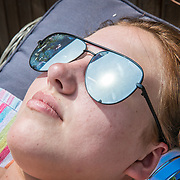 NLD/Huizen/20170621 - Hittegolf in Nederland, meisje geniet van de zon,