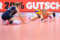12.06.2018, Porsche Arena, Stuttgart<br /> Volleyball, Volleyball Nations League, Türkei / Tuerkei vs. Niederlande<br /> <br /> Abwehr Maret Balkestein-Grothues (#6 NED), Kirsten Knip (#1 NED) / Libero<br /> <br /> Foto: Conny Kurth / www.kurth-media.de